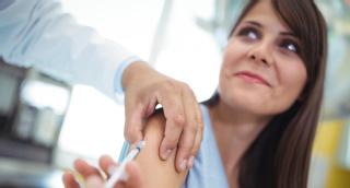 Junge Frau wird gegen Gebärmutterhalskrebs geimpft.