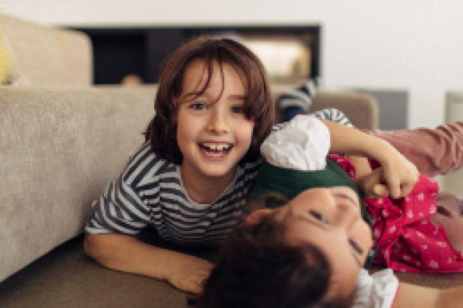 Kinder: Doofe Schwerkraft – Kinder stürzen meist von der Couch